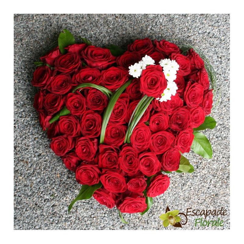 Coeur de roses rouges coussin de 51 roses escapade florale for Envoyer des roses