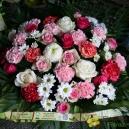 Coussin de fleurs coloris blanc rose et fushia