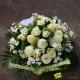 Coussin de fleurs pastel blanc et vert